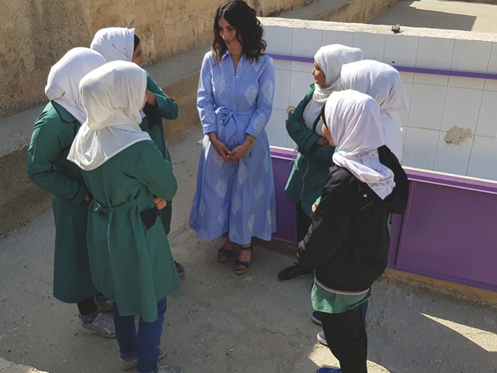 Lina Varytimidou, GROHE Director of PR and Communications, Middle East, Africa and East Mediterranean (centre) and students of the Al Juwaida High School for Girls in Amman, Jordan.